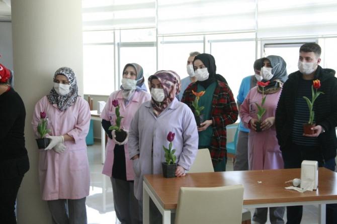 Sağlıkçılar temizlik personelini alkışladı