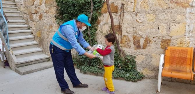 TDV gönüllüsü camiye gidemeyen çocukların evlerini ziyaret ederek oyuncak hediye ediyor