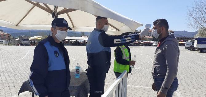 Ateşi ölçülen vatandaşlara maske dağıtıldı
