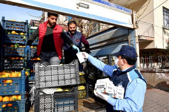 Gürkan pazarı ziyaret edip maske dağıttı