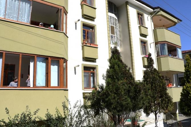 Evden çıkamayan çocuklar balkondan balkona oyun oynuyor