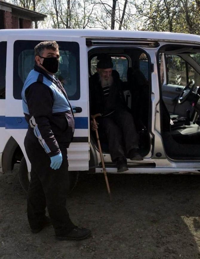 Tekkeköy'de sokağa çıkan yaşlılar evlerine götürüldü