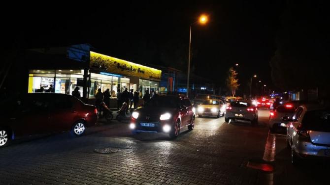 Marmaris'te fırın ve marketler önünde uzun kuyruklar oluştu