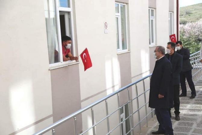 Vali Toraman, karantina altındaki vatandaşları ziyaret etti