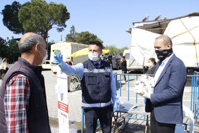 Vatandaşlara maske dağıtan Başkan Uzundemir, sosyal mesafe uyarısında bulundu