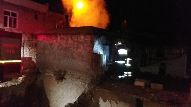 Adıyaman'da yangın sonrası yıkılma tehlikesi olan toprak ev boşaltıldı
