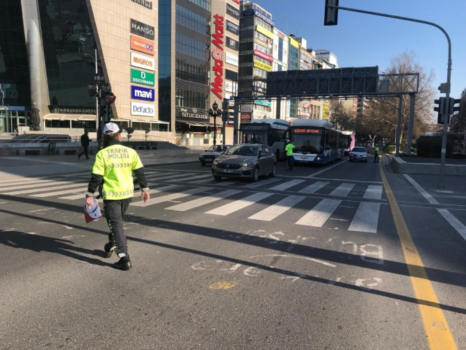 Başkent'te polis, trafikteki sürücüleri denetledi