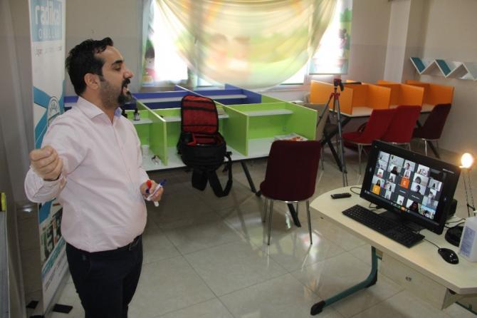 Diyarbakır'da öğretmenler 'canlı sınıfta' öğrencileriyle buluştu