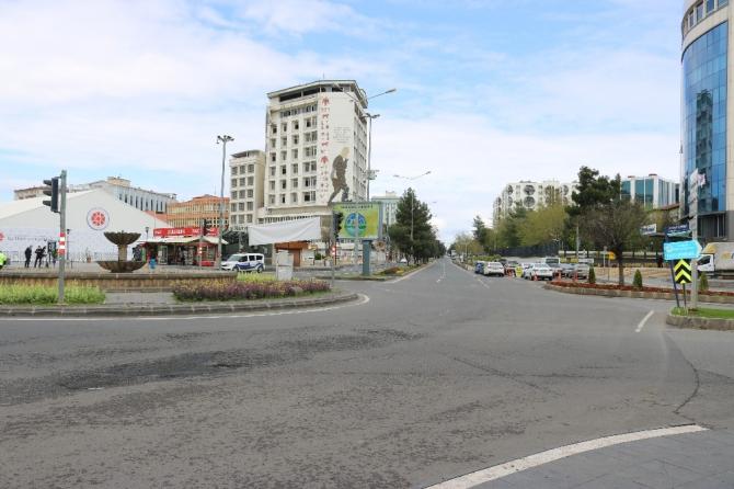 Diyarbakır'da cadde ve sokaklar sessizliğe büründü