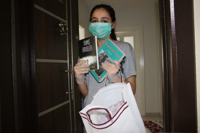 """Elazığ'da evde kalan gençlere """"Kitap"""" servisi"""