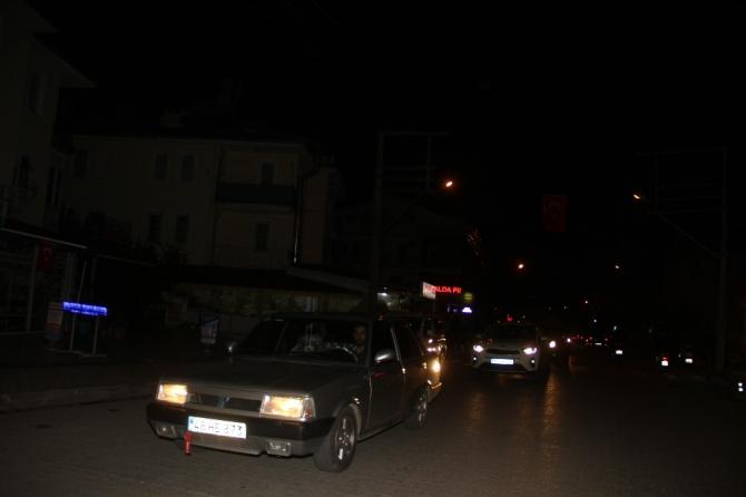 Fethiye'de vatandaşlar fırın ve marketler önünde uzun kuyruklar oluşturdu