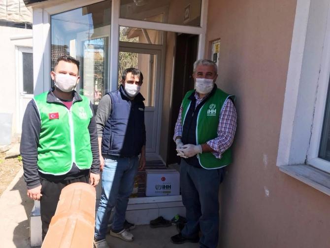 Hisarcık İHH'dan iş yerleri kapatılan esnaflara yardım kolisi
