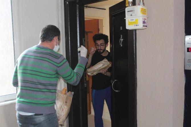 Sokak sokak gezip vatandaşlara sıcak ekmek ulaştırıyorlar