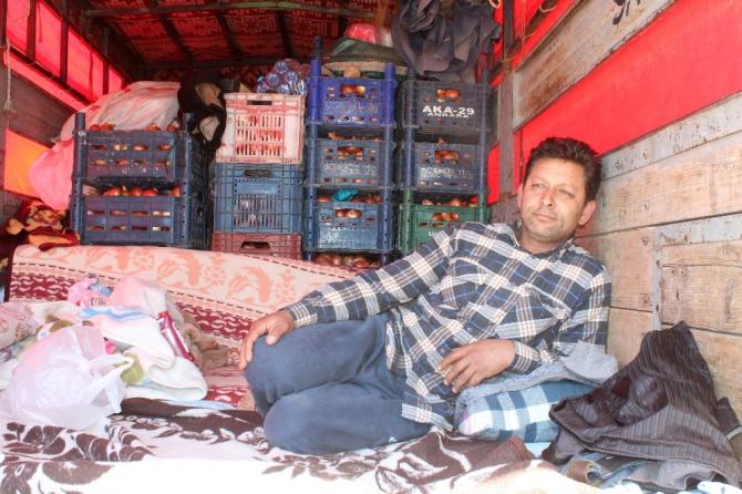 Pazarcı esnafı kamyon kasasında mahsur kaldı