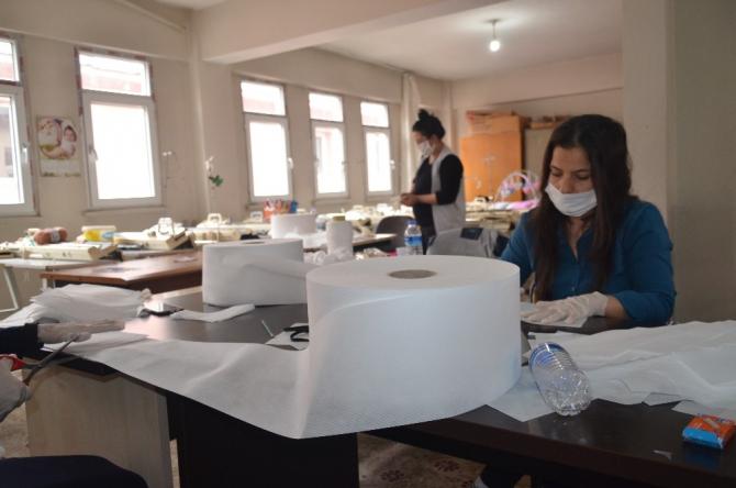 Şırnak'ta kadınlar sağlık çalışanları için maske üretiyor