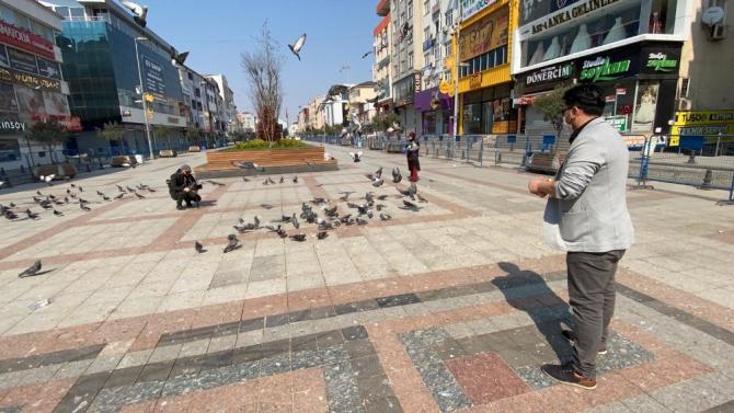 Sokağa çıkma yasağından sonra Sultanbeyli Meydanı güvercinlere kaldı