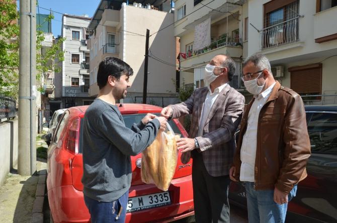 Başkan Akın vatandaşa ekmek götürdü, kartlarına su yükledi