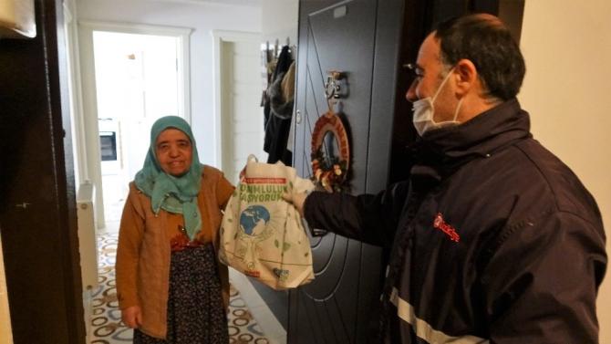 Türkiye Gazetesi dağıtıcıları yaşlılar için seferber oldu