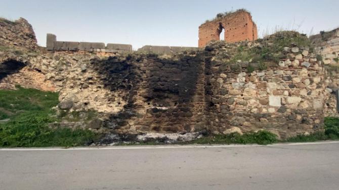 Tarihi surlara zeytin dalı yakıp zarar verdiler