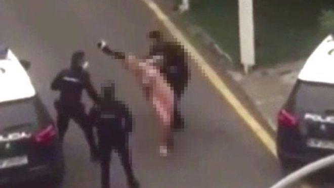 Çırılçıplak soyunarak polis aracının üzerine çıktı! Polis copla müdahale etti
