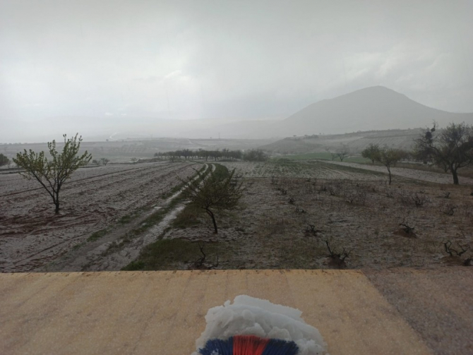 Nevşehir'de dolu yağışı köyü beyaza bürüdü