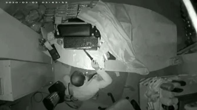 Vatandaşın, marketteki hırsızlığı köpeği ile engellediği anlar kamerada