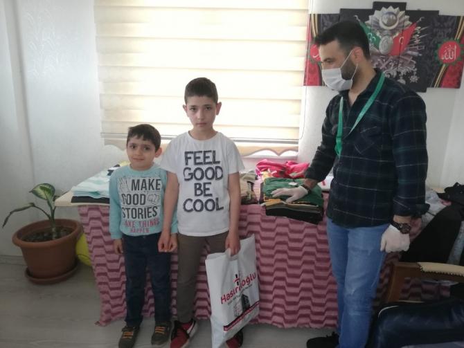 Muhtardan 600 çocuğa bayramlık giysi
