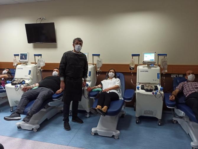 Korona virüsü yenen gazeteci ailesiyle birlikte plazma bağışında bulundu