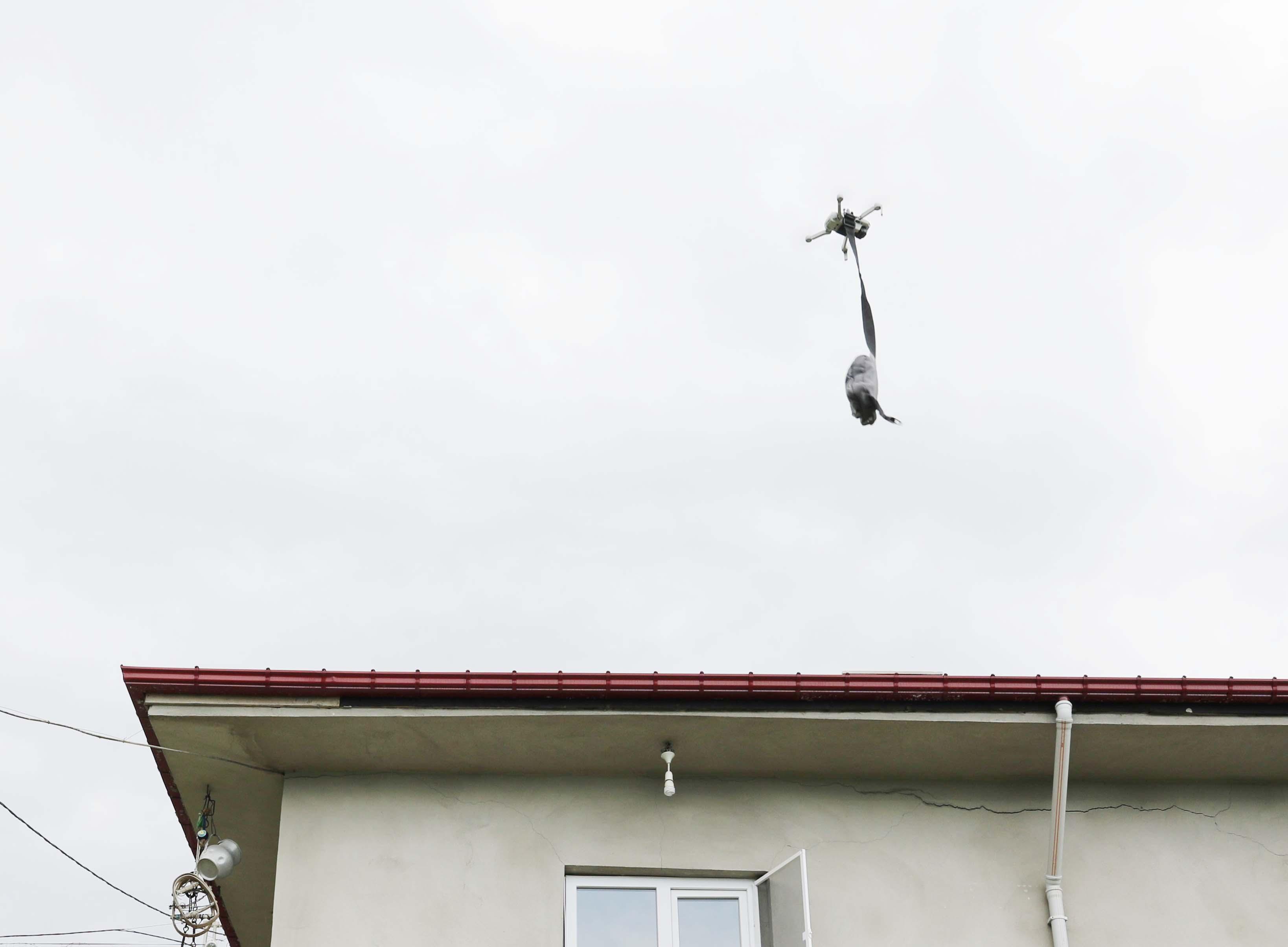 Rize'de muhtar drone ile maske dağıtıyor! Vatandaşlar hem şaşkın, hem mutlu