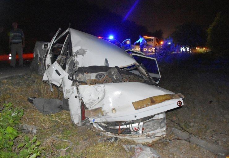 Tırın çarptığı otomobildeki 2 kişi yara almadan kurtuldu