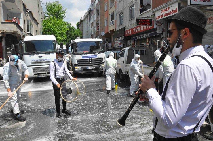 Belediye işçileri halay çekerek bayram temizliği yaptı