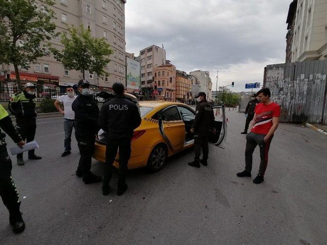 Beyoğlu'nda polis uygulamasında ilginç olay! Taksiden çıkan sahte dolarları kimse sahiplenmedi