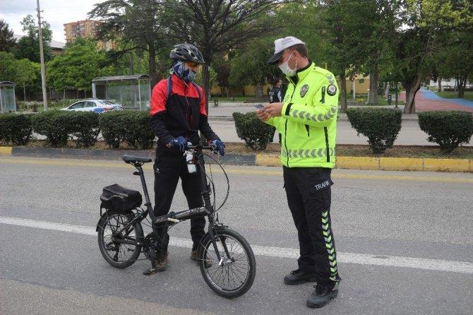 Kırıkkale'de gülümseten görüntüler! Polis ve basın güvercinleri besledi