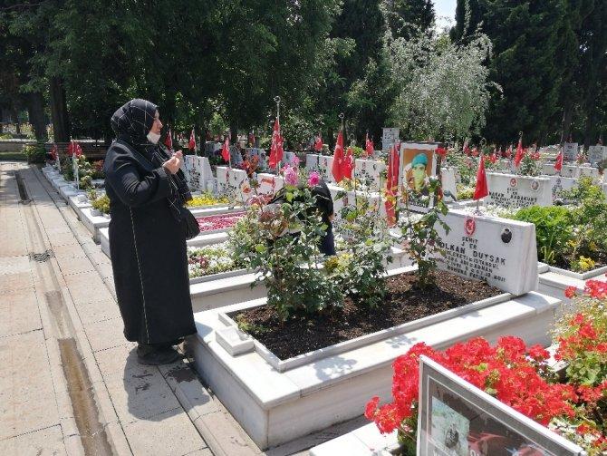 Şehit yakınlarından özel izinle şehitlik ziyaretleri