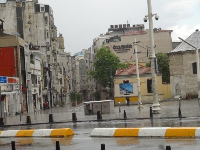 Taksim'de ilginç görüntüler! Önce yağmur yağdı sonra güneş açtı