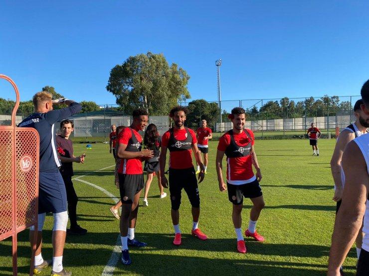 Antalyaspor antrenmanına ailelerinden anlamlı ziyaret