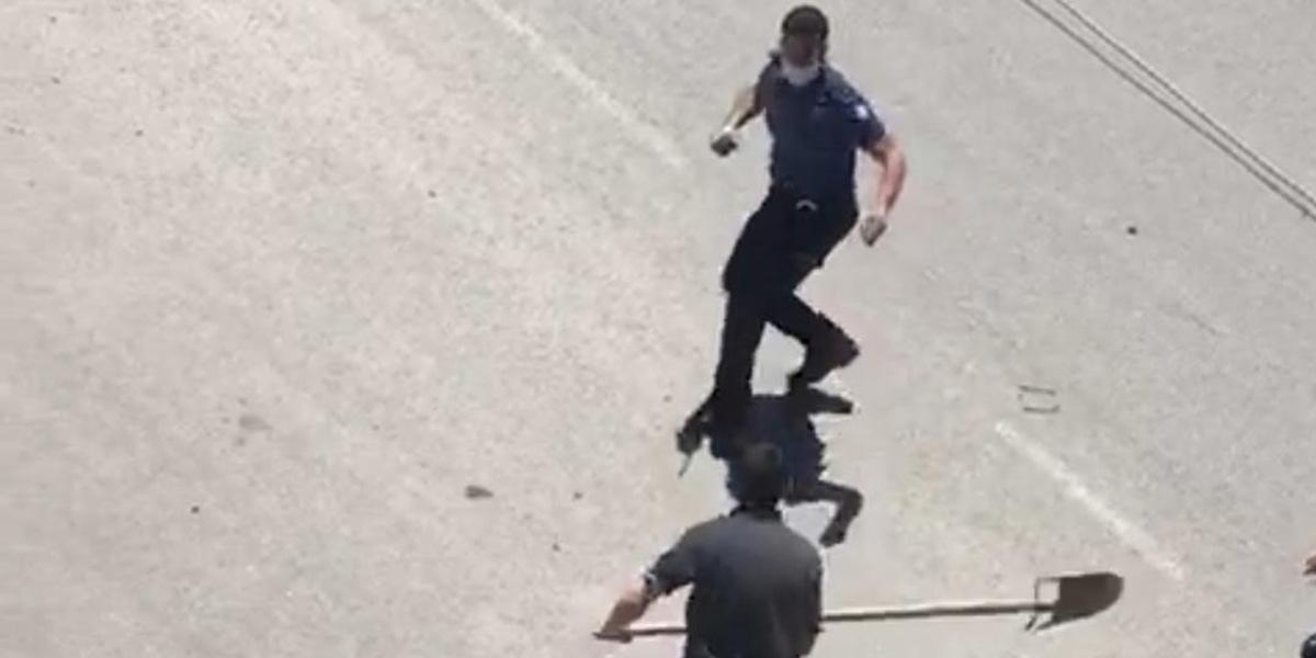 Akli dengesi yerinde olmayan şahıs polise kürekle saldırdı