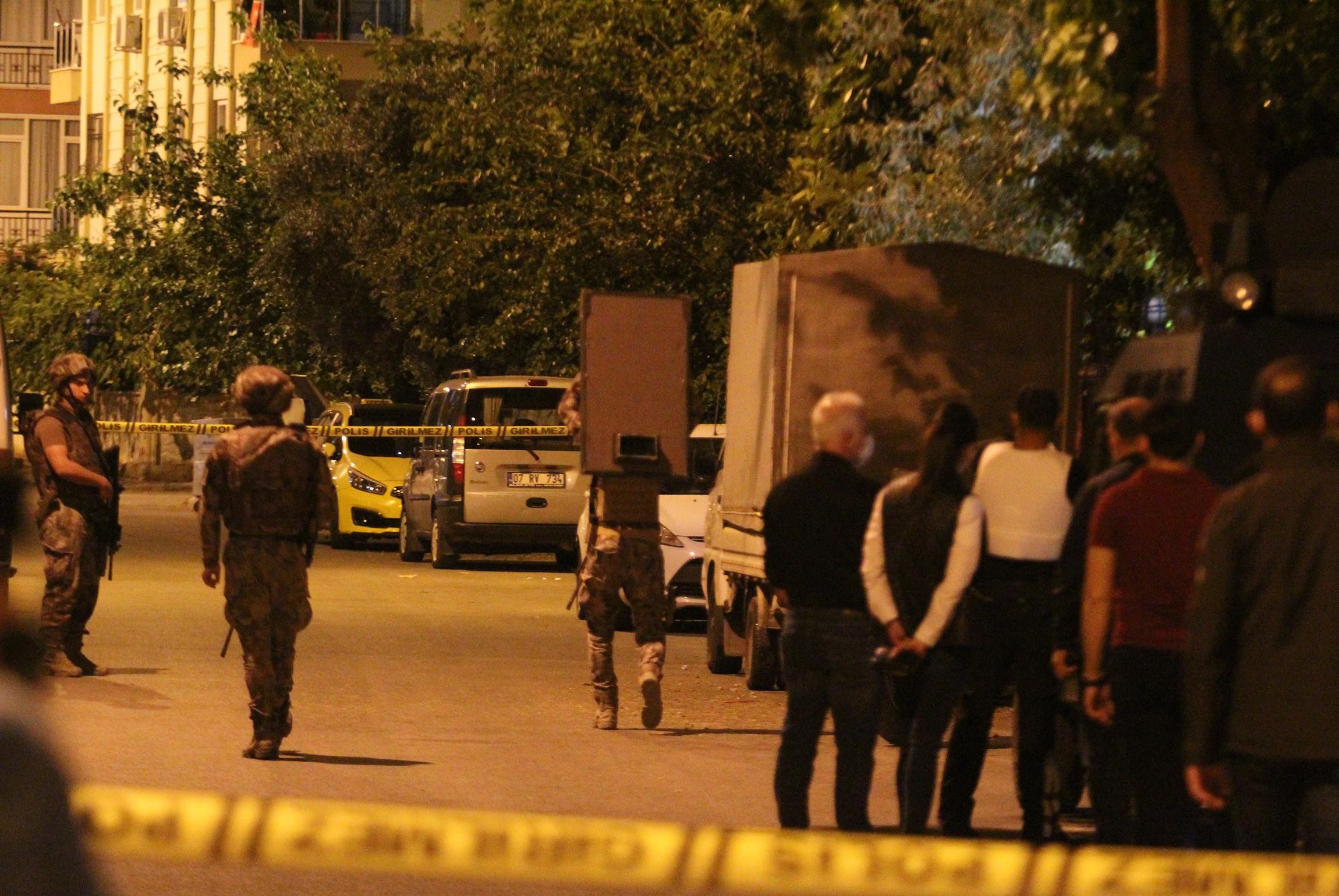 Antalya'da bunalıma giren kişi ekiplerin 4 saatlik çabasıyla ikna oldu