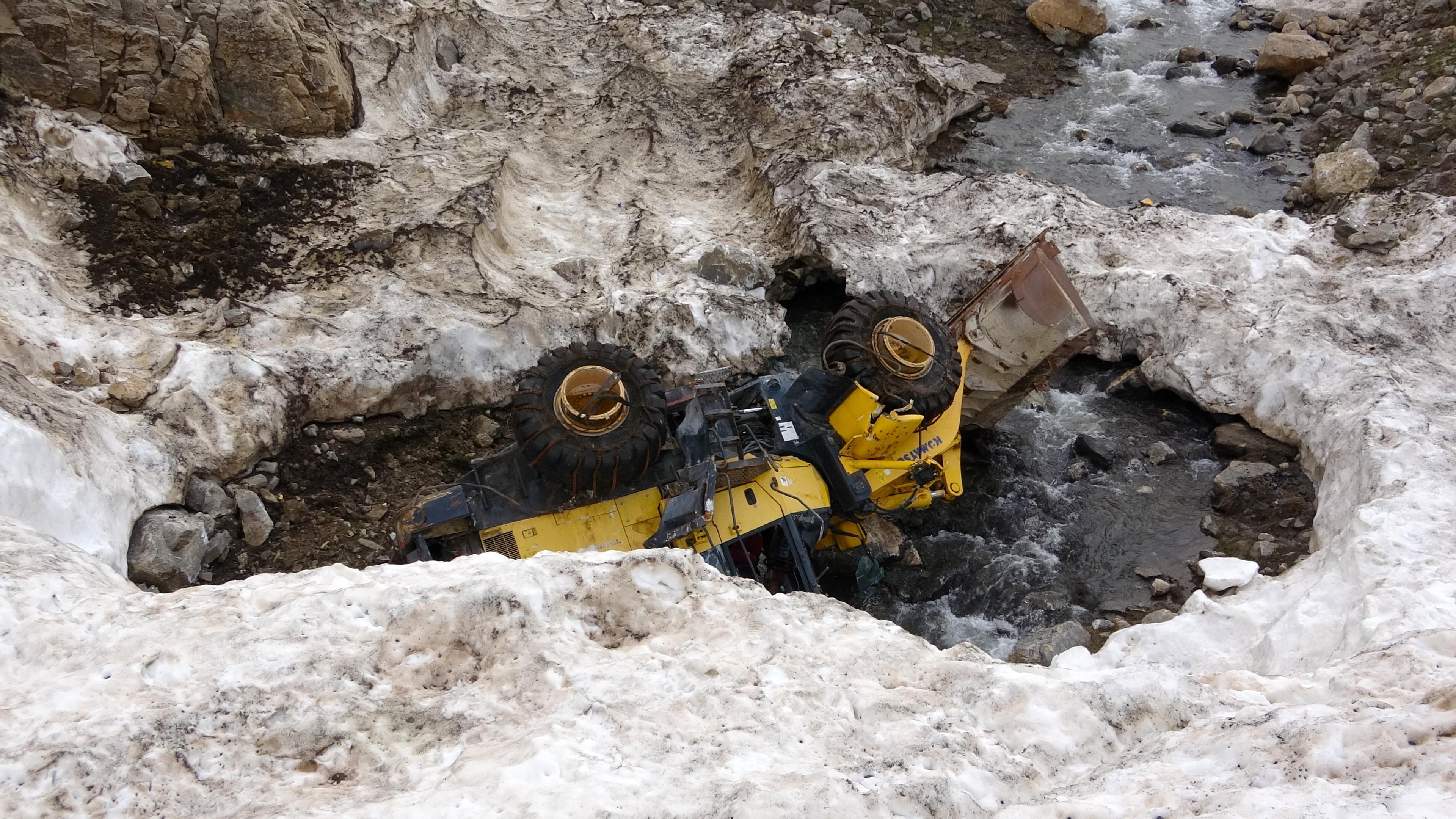 Van Bahçesaray'daki çığın altında kalan araçlar ortaya çıktı