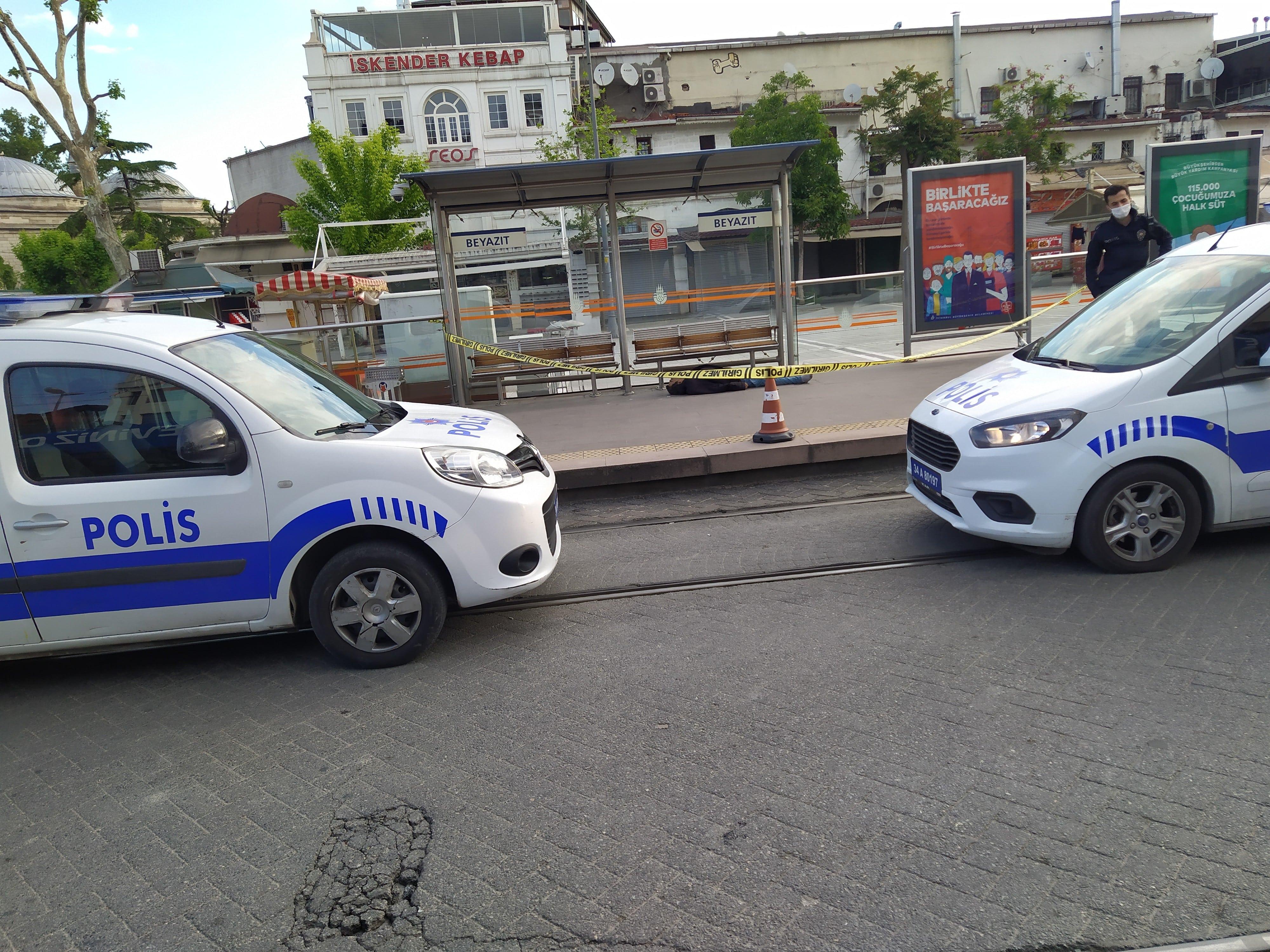 Tramvay durağına erkek cesedi bulundu