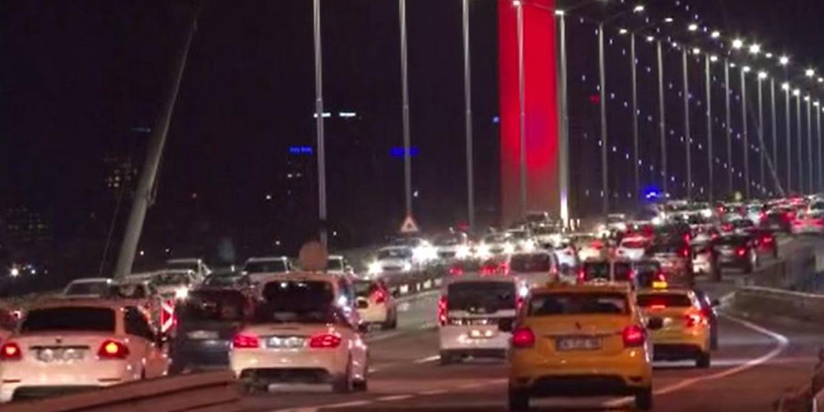 Sokağa çıkma kısıtlamasının sona ermesinin ardından 15 Temmuz Şehitler Köprüsünde trafik yoğunluğu!