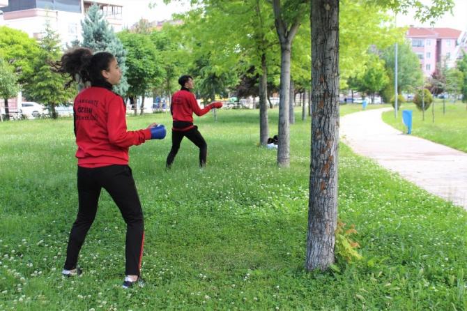 4 saatlik izinlerini karate antrenmanıyla değerlendiriyorlar