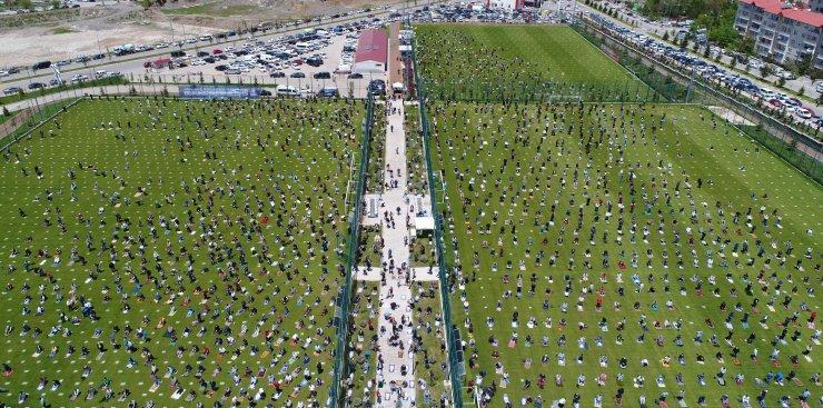 Erzurum'da futbol sahaları dahil 781 noktada cuma namazı kılındı