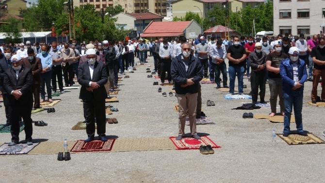 Muş'ta cuma namazı otoparkta eda edildi
