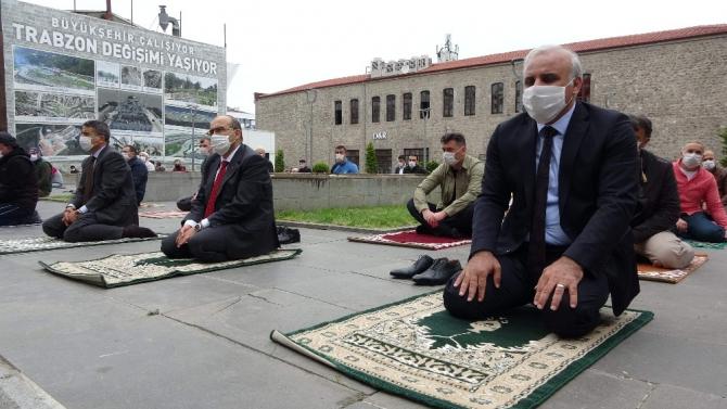 Trabzon'da 18 ilçede bin 264 noktada yaklaşık 2,5 ay sonra Cuma namazı kılındı