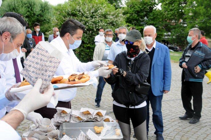 Edirne'de esnaf şükür duası yaptı, ciğerli lokma dağıttı