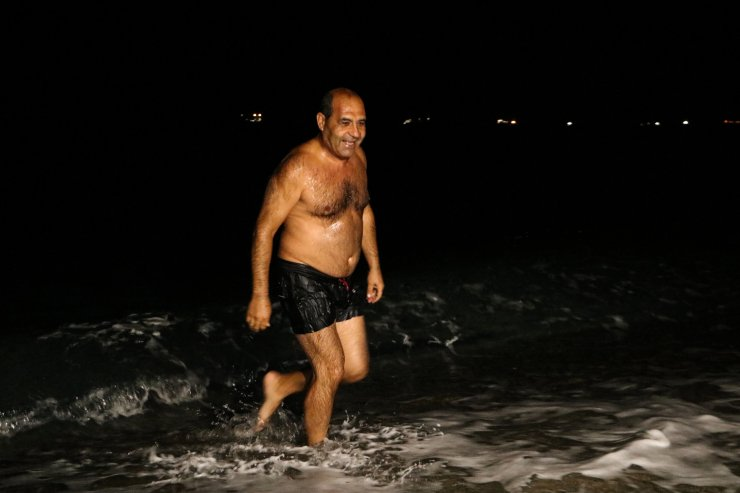 Yasağın kalkmasından dakikalar sonra denize girdiler