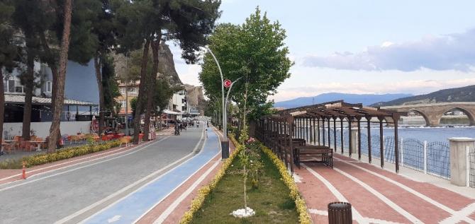 Osmancık'ta sahil kenarındaki kafeler açıldı
