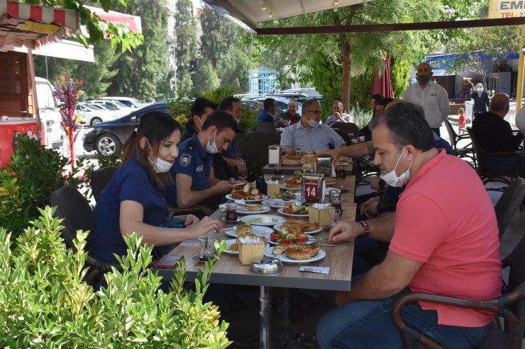 Sağlık çalışanları ile polislere kahvaltılı teşekkür