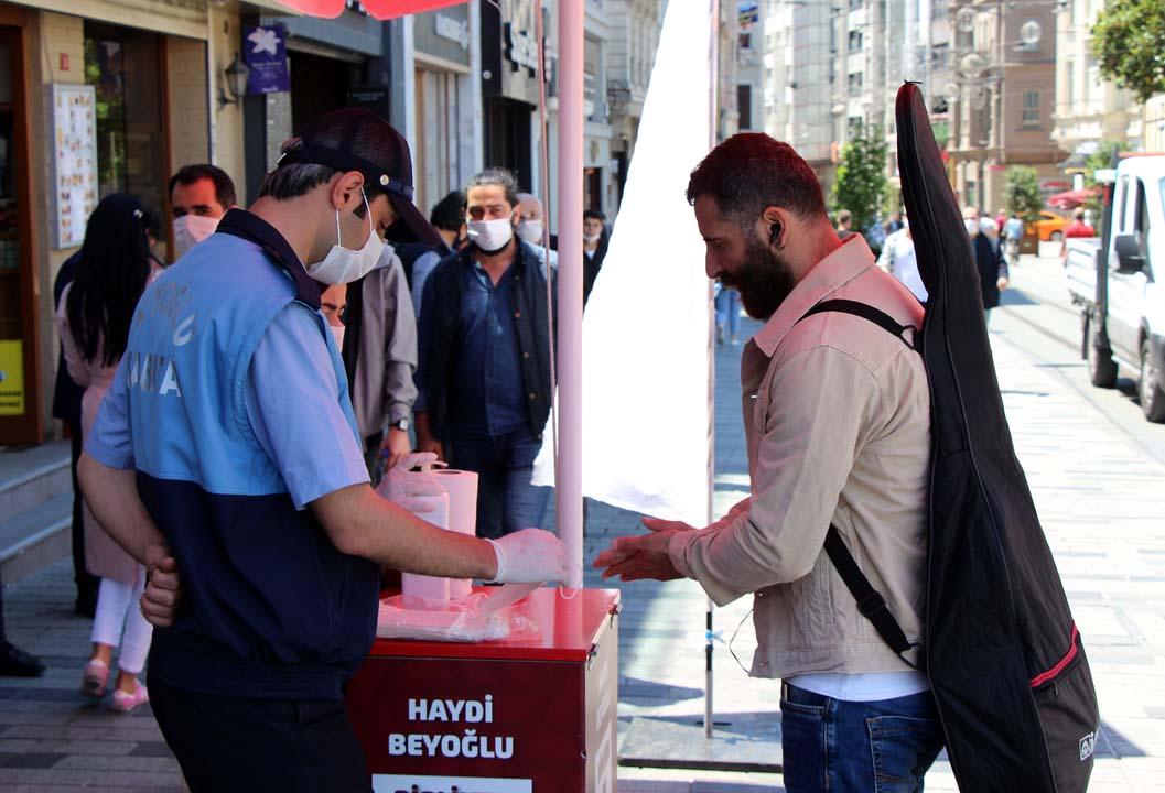 İBB zabıtasından skandal hareket! Maske ve dezenfektan dağıtılan stantları kaldırdılar